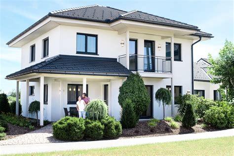 Moderne Häuser Mit Walmdach by Fertighaus Grande 138 Haas Fertighaus