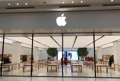 apple opens  doors    chadstone store
