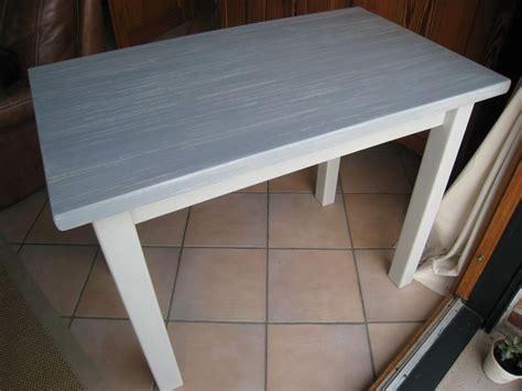 relooker table de cuisine pas à pas pour relooker une table en pin vernie patines