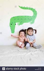 Bett Für Zwei Kinder : zwei niedliche koreanische amerikanische kinder sitzen auf bett posiert f r die kamera vor ~ Sanjose-hotels-ca.com Haus und Dekorationen
