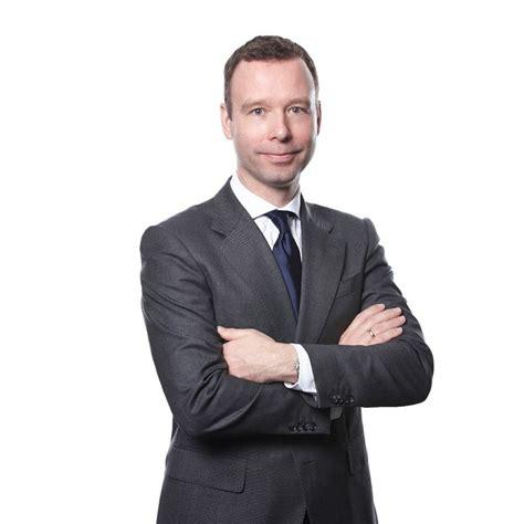 Skandal, wirecard'ın denetimini yapan ey'nin, şirketin 2019 hesaplarında 1,9 milyar avrodan fazla paranın kayıp olduğu gerekçesiyle geçen yılın finansal sonuçlarını onaylamamasından sonra ortaya. Warum das Handelsblatt einen Podcast zum Wirecard-Skandal ...