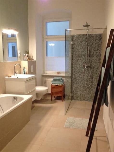 gemuetliches grosses badezimmer mit begehbarer dusche