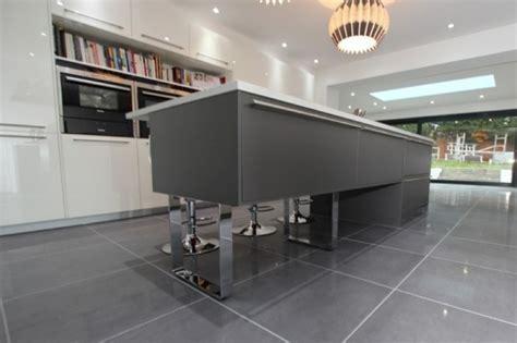 cuisine blanche mur aubergine cuisine gris anthracite 56 idées pour une cuisine chic