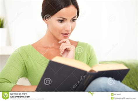Persona Joven Que Lee Un Libro Interesante Foto de archivo ...