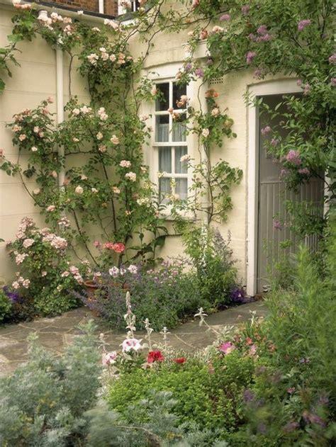 Garten Und Landschaftsbau Rosengarten by Haus Landhausstil Kletterpflanzen Steinfliesen Garden