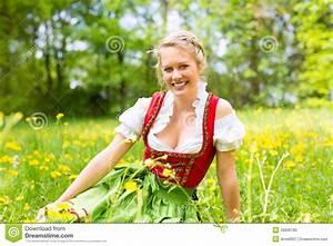 Kleidung Hochzeitsgast Frau : frau in der bayerischen kleidung oder im dirndl auf einer wiese stockbild bild von ausstattung ~ Frokenaadalensverden.com Haus und Dekorationen