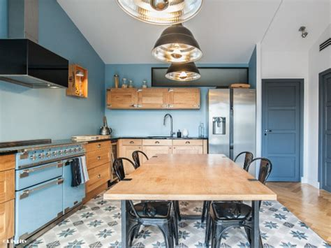 cuisine style retro une cuisine bleue au style industriel chic style industriel bois brut et cuisine ouverte