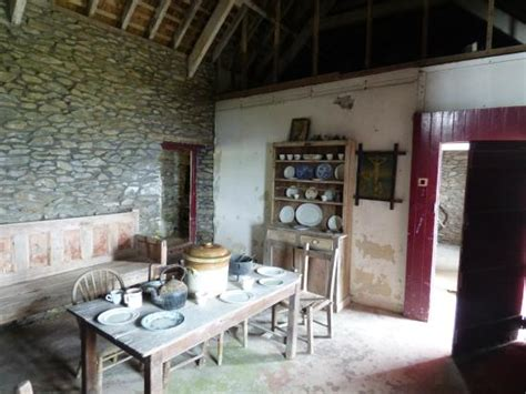 cottage picture  irish famine cottages dingle