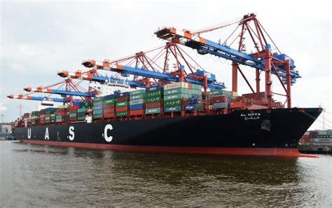Alle versuche, das verunglückte containerschiff »ever given« im suezkanal aus seiner querlage zu befreien, sind bislang gescheitert. UASC ALL RIFFA, ein Containerschiff, im Hamburger ...