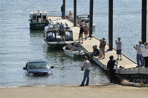 Columbia River Boat Launches by Minivan Winds Up In River At Boat Launch The Columbian