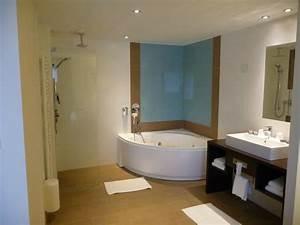 Salle de bain avec baignoire a remous et douche italienne for Salle de bain avec baignoire et douche italienne