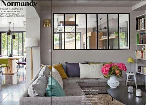 canapé gris coussins colorés vitre type industriel entre