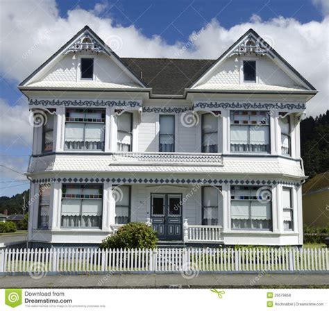 c est une maison bleu maison victorienne blanche sous le ciel nuageux bleu photos libres de droits image 25579858