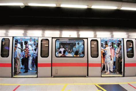 metro open doors delhi metro runs with doors open operator suspended