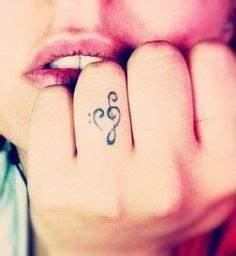 Tatouage Sur Le Doigt : ce qu 39 il faut savoir avant de se faire un tatouage sur les doigts tatouage poignet ~ Melissatoandfro.com Idées de Décoration
