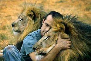 The Wild Hug : man hugs lion and it 39 s pretty much what we wish we were all doing ~ Eleganceandgraceweddings.com Haus und Dekorationen