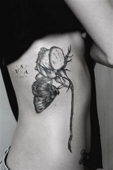 tatuaze czarne  kwiatowym motywem