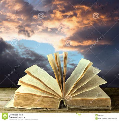 bureau dictionnaire vieux livre ouvert photographie stock image 24940112