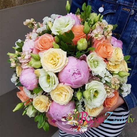 Ziedu kompozīcija ar peonijām kastē   Rīgas Ziedi