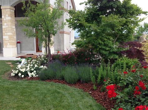 immagini di giardini progetto giardino con aiuole fiorite verde idea