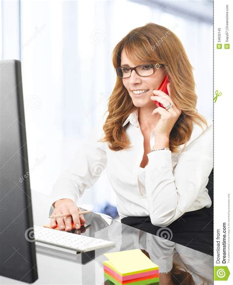 affaire de bureau femme d 39 affaires de sourire au téléphone dans le bureau