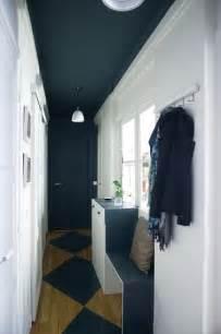 d 233 co couloir avec une peinture bleu et blanche et sol peint