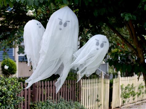 How to Make Hanging Halloween Ghosts | how-tos | DIY