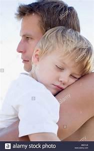 Kuscheln Auf Englisch : vater seinen schlafenden sohn kuscheln stockfoto bild 21205358 alamy ~ Eleganceandgraceweddings.com Haus und Dekorationen