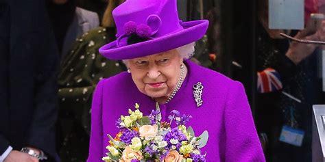 La regina elisabetta guida senza patente e le hanno regalato bradipi, elefanti e un paio di stivali da cowboy: Regina Elisabetta, la foto mentre dorme è virale, ma è ...