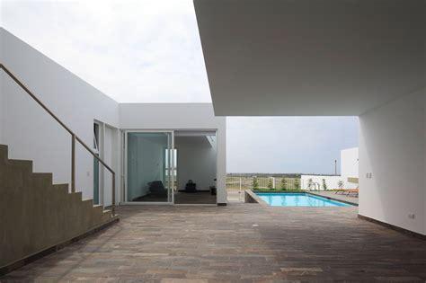 deployed house  seinfeld arquitectos  peru