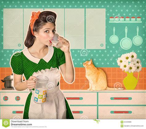 femme a la cuisine rétro verre à boire de femme de lait dans sa pièce de