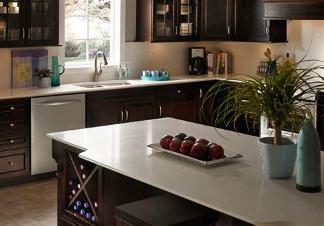cuisine armoire brune comptoir de cuisine granite au sommet