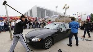 Furieux, un Chinois s'offre le luxe de détruire sa Maserati