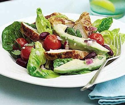 Salātu salāti ar avokado un vistas gaļu - kūpināts vai vārīts