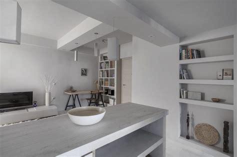 peinture salon cuisine ouverte peinture gris perle et meubles blanc cassé en déco mini studio