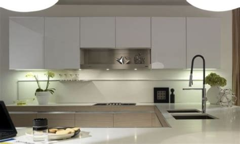 Weiße Arbeitsplatten Hochglanz Küche Helles Holz