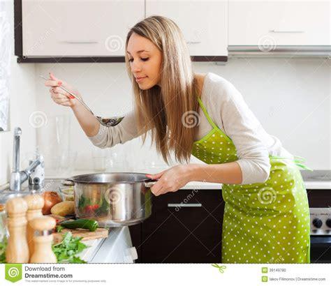 la cuisine de mu femme faisant cuire la soupe végétarienne dans la cuisine