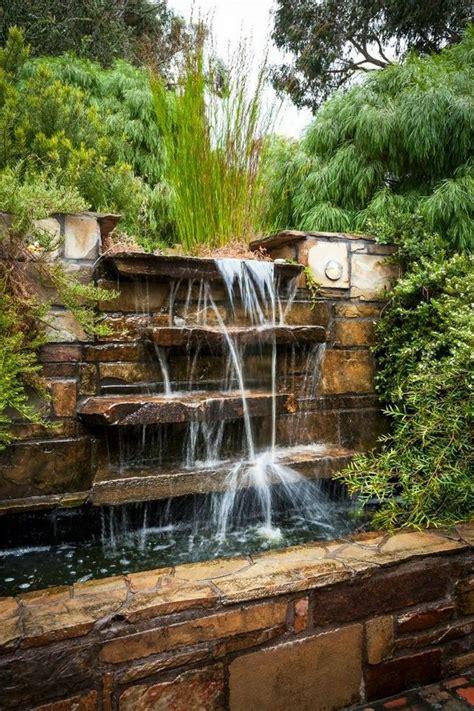 la deco exterieure avec une fontaine murale jardin deau