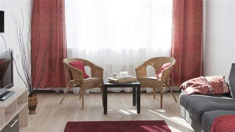 sala de color rojo gris  beige ventana