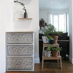 Papier Deco Meuble : relooker un meuble avec du papier marie claire ~ Teatrodelosmanantiales.com Idées de Décoration
