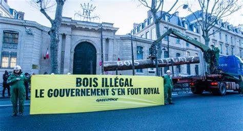 greenpeace attivisti  azione  parigi davanti al