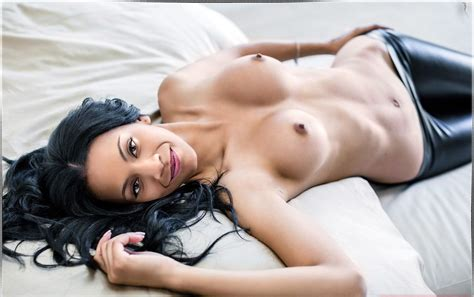 Zoe Saldana Nude And Sexy Photos The Fappening