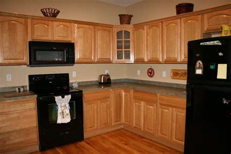 oak and black kitchen cabinets kitchen paint colors with oak cabinets is easy to find