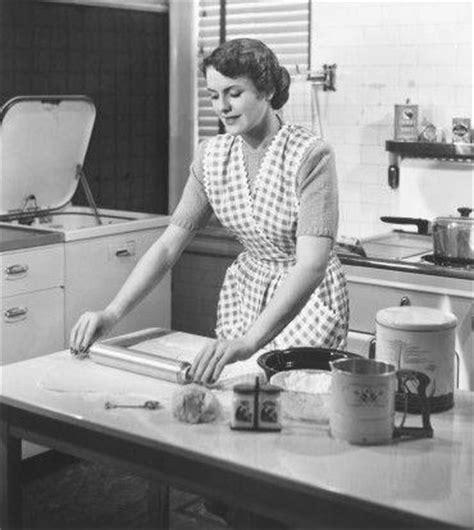 femme en cuisine habitat et bureau la maison perd la pièce marketing