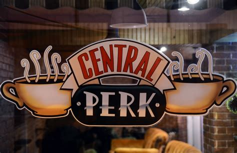 It is situated in new york city's greenwich village, in the same apartment block as monica's apartment. Friends Central Perk Wallpapers (67+ images)