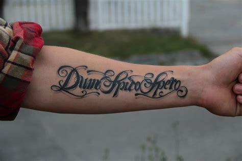 tut tattoo stechen  unterarm weh maedchen medizin
