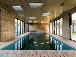 une extension moderniste mi piscine mi salle de reception With hotel a la baule avec piscine interieure