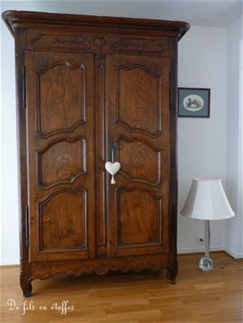 une armoire ancienne bien garnie de fils en 233 toffes