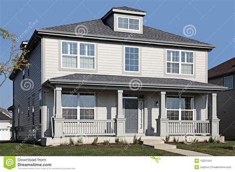 id馥 am駭agement bureau maison maison grise avec le porche avant image stock image