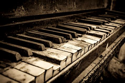 the old piano close distance